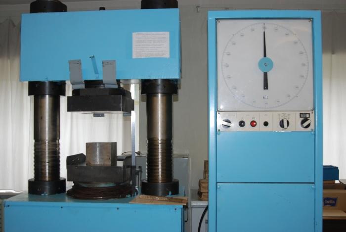 сжатие оборудования производится с помощтю пресса