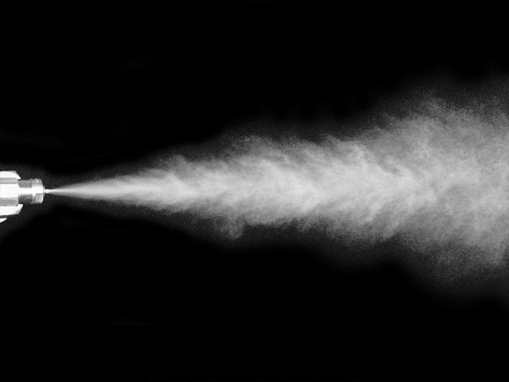 Распыление раствора во время проведения испытания на воздействие соляного тумана в камере